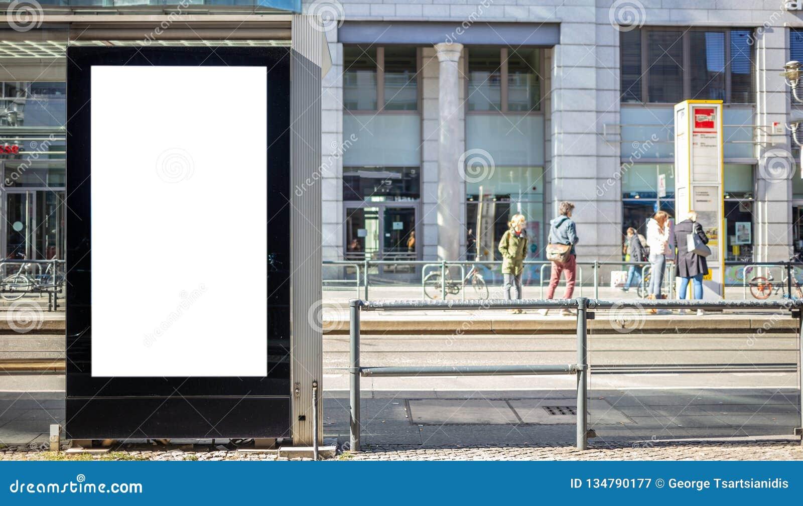 Κενός πίνακας διαφημίσεων για τη δημόσια διαφήμιση στη στάση λεωφορείου Διάστημα για το κείμενο Άνθρωποι και υπόβαθρο πόλεων