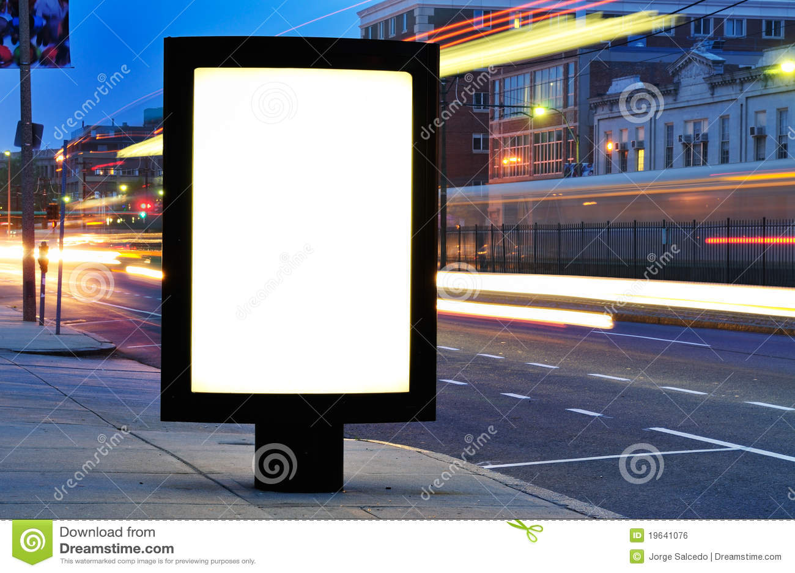 Κενός πίνακας διαφημίσεων στην οδό πόλεων τη νύχτα