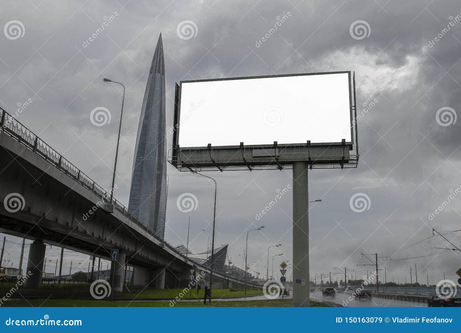 Κενός πίνακας διαφημίσεων στο υπόβαθρο ενός μεγάλου σύγχρονου κτιρίου γραφείων, συνηθισμένοι επιχειρησιακοί ουρανοξύστες, πολυκατ