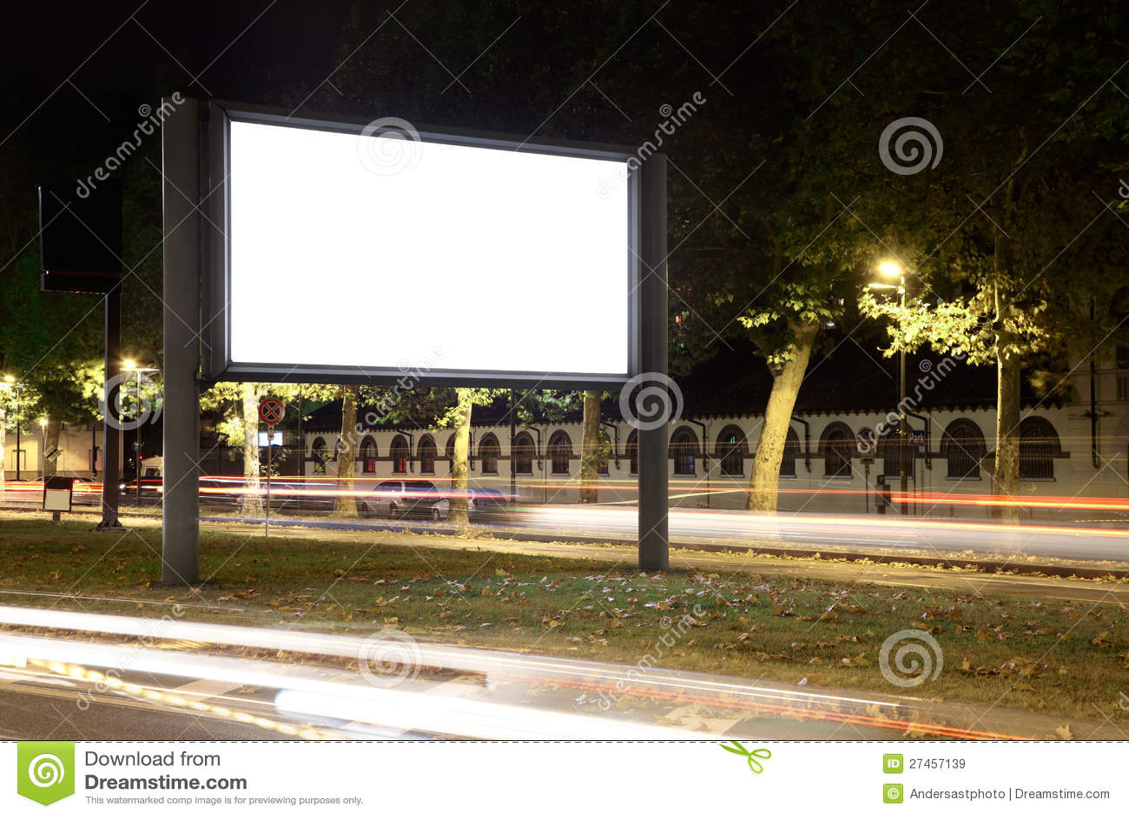 Κενός πίνακας διαφημίσεων τη νύχτα