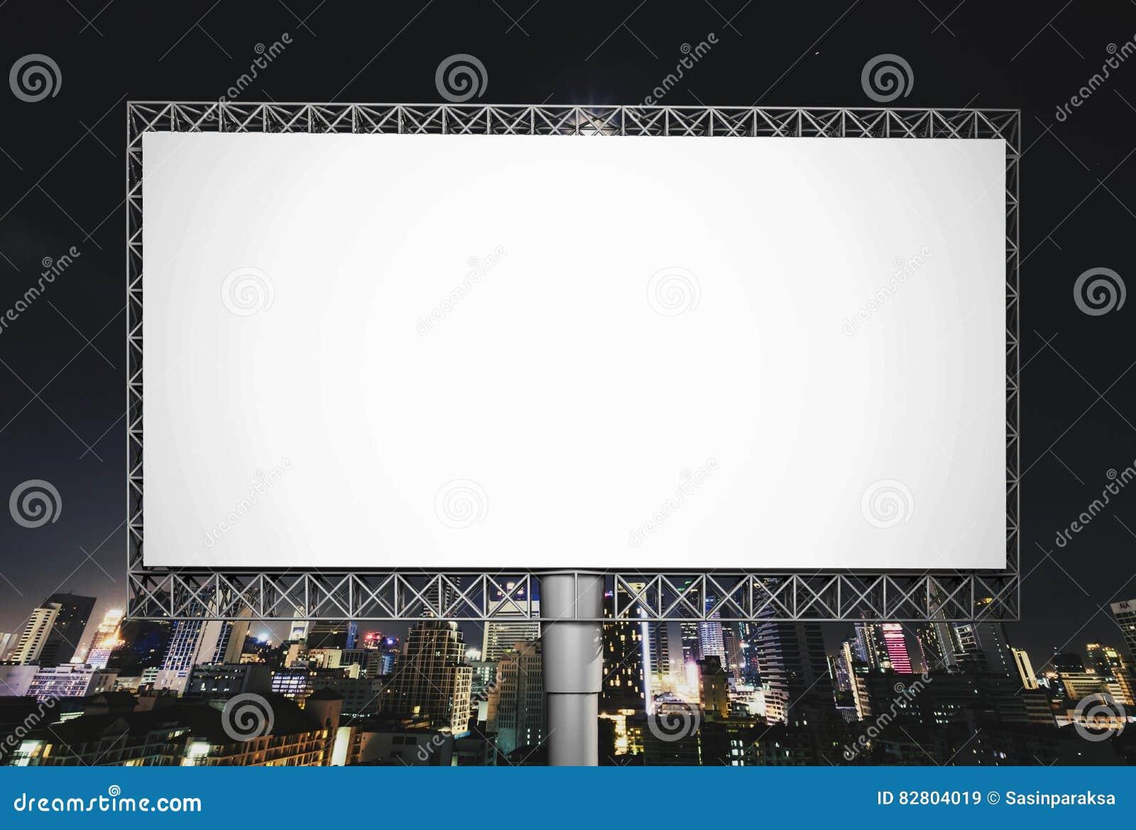 Κενός πίνακας διαφημίσεων για τη διαφήμιση στο νυχτερινό ουρανό στην πόλη