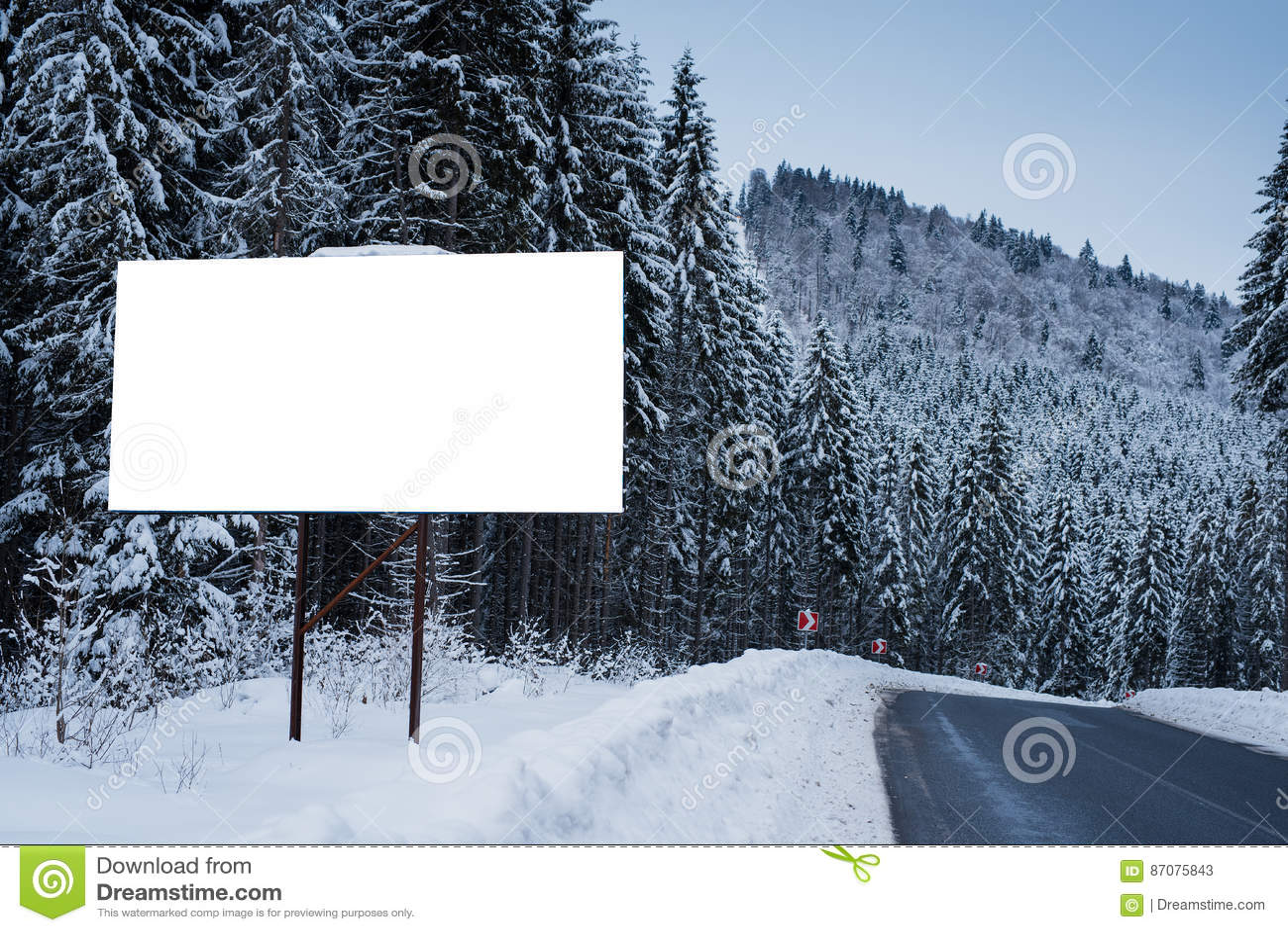 Κενός πίνακας διαφημίσεων για τη διαφήμιση της αφίσας στο υπόβαθρο των χιονωδών δέντρων Χειμερινή εποχή σε μια ορεινή περιοχή