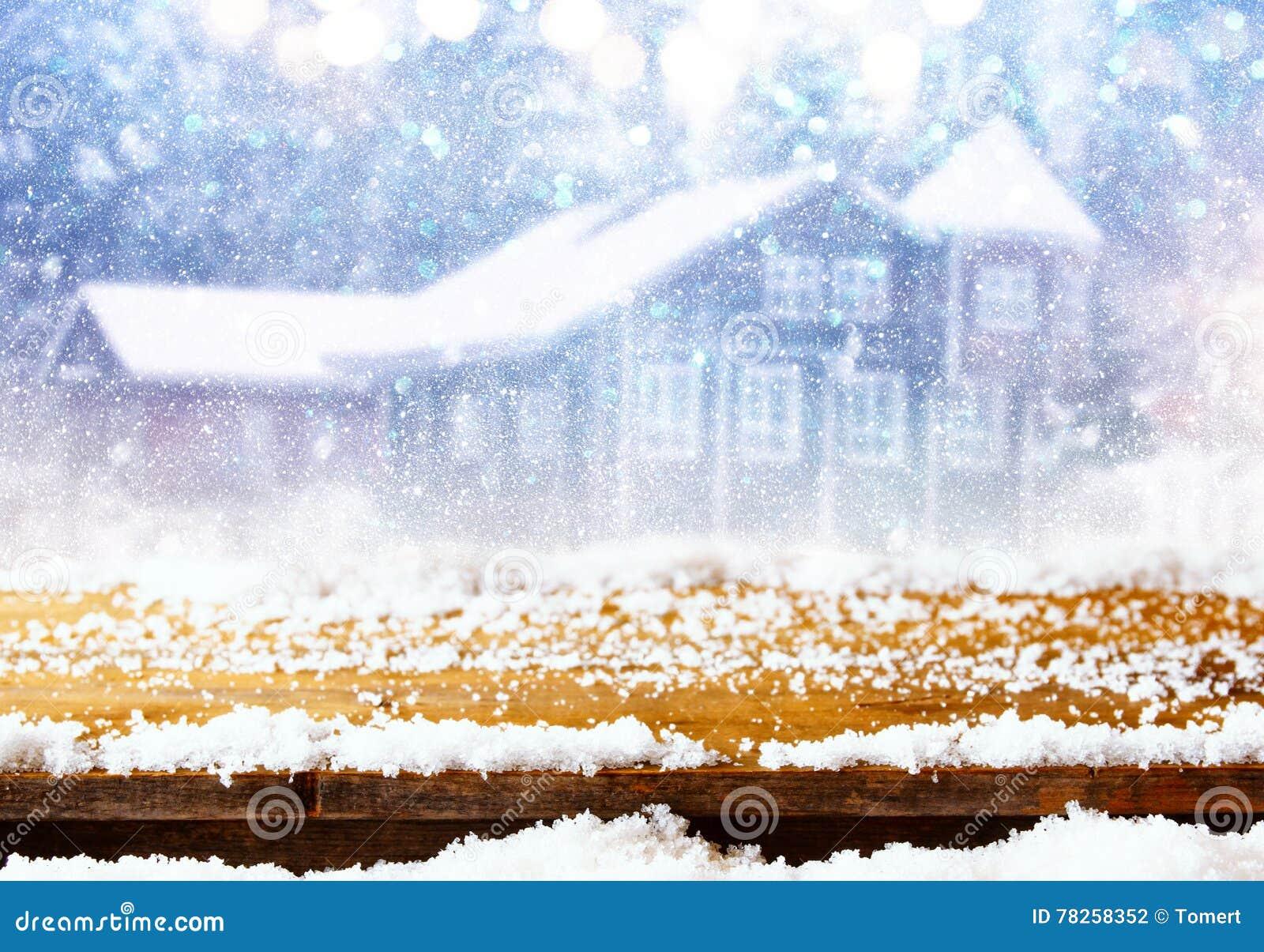 Κενός πίνακας μπροστά από το ονειροπόλο και μαγικό χειμερινό τοπίο