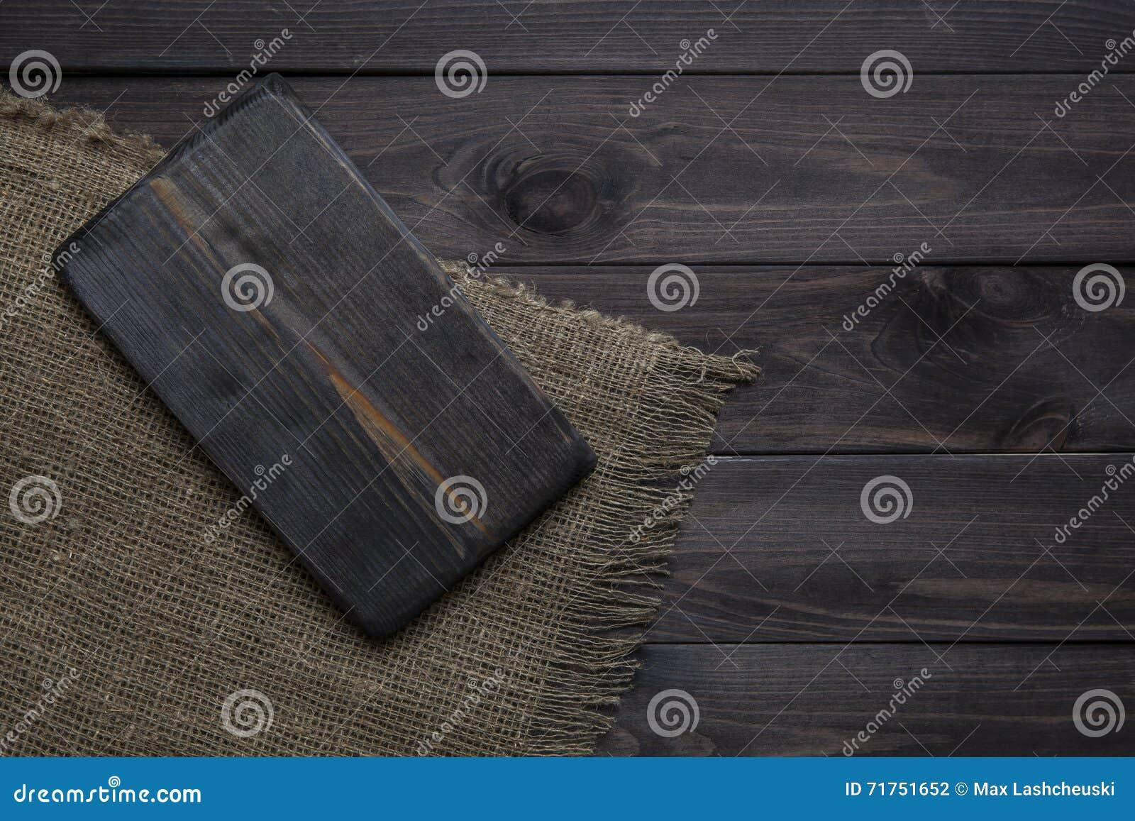 Κενός τέμνων πίνακας σε έναν σκοτεινό ξύλινο πίνακα Τοπ όψη