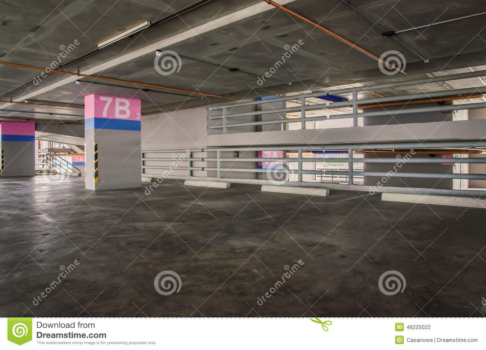 Κενό γκαράζ χώρων στάθμευσης στο κτήριο
