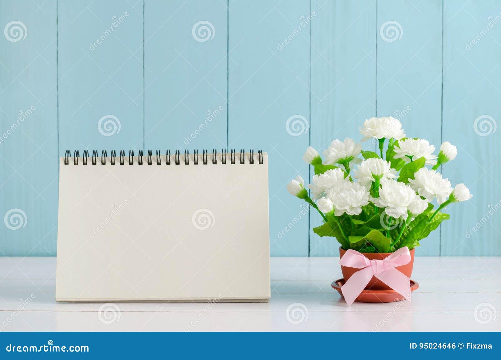 Κενό ημερολόγιο γραφείων με το όμορφο λουλούδι της Jasmine