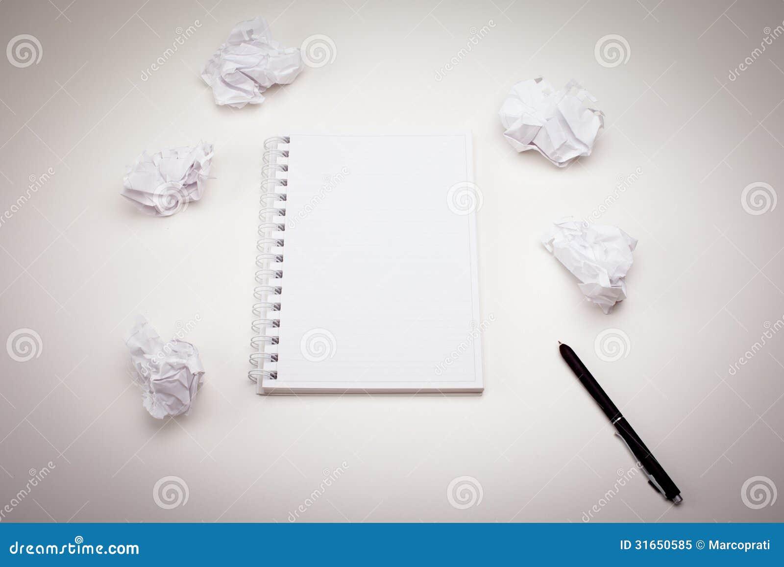 Κενό σημειωματάριο με τη μάνδρα μελανιού