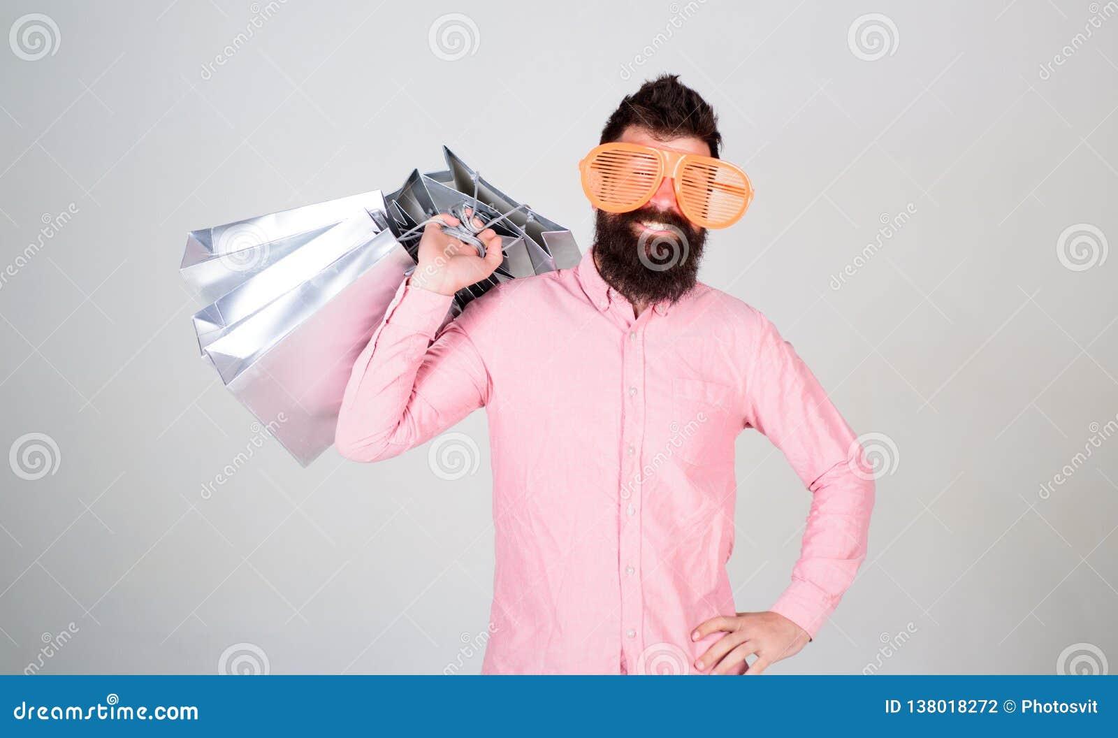 Κερδοφόρα διαπραγμάτευση Ψωνίζοντας εθισμένος καταναλωτής Συνολική έννοια πώλησης Γενειοφόρο hipster ατόμων με τις τσάντες αγορών