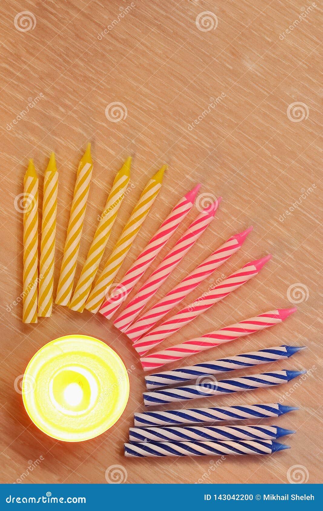 Κεριά για το κέικ γενεθλίων, κατσαρωμένη πολύχρωμη σπείρα