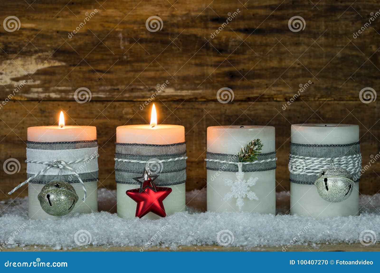 Κεριά Χριστουγέννων που διακοσμούνται με τις διακοσμήσεις για την εποχή εμφάνισης