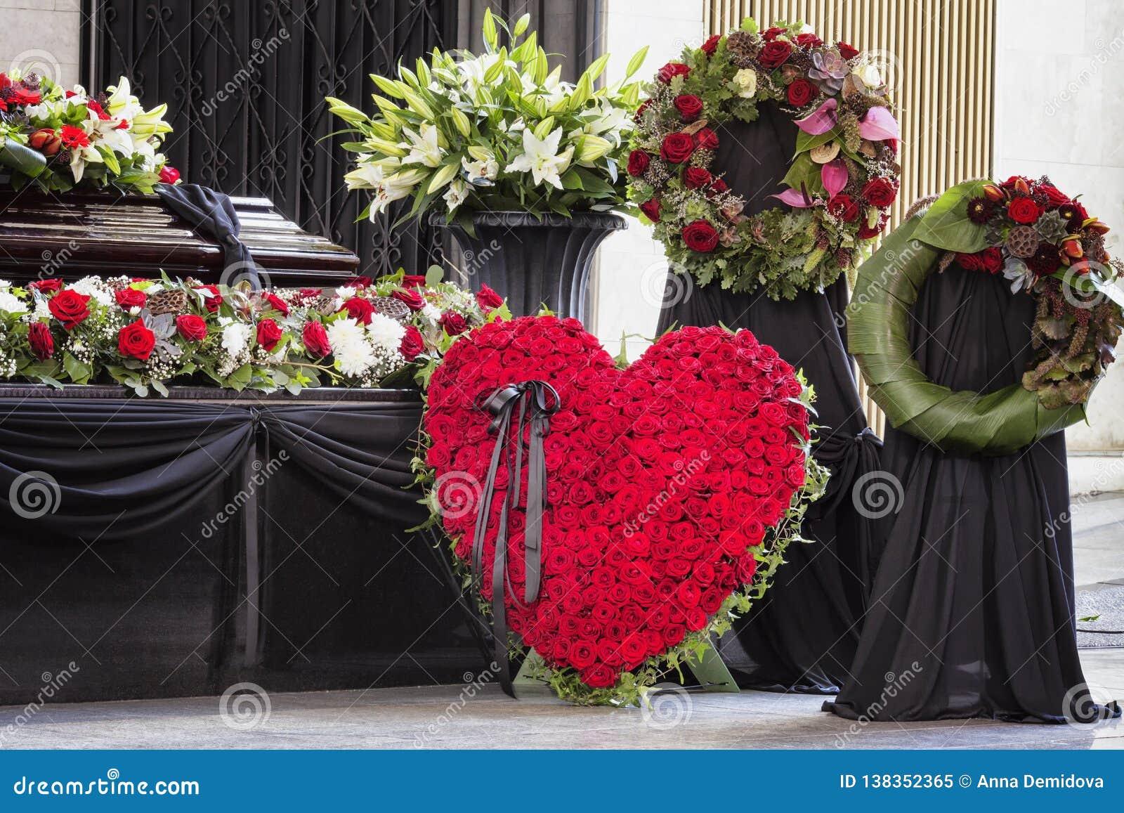Κηδεία, που διακοσμείται υπέροχα με το φέρετρο ρυθμίσεων λουλουδιών