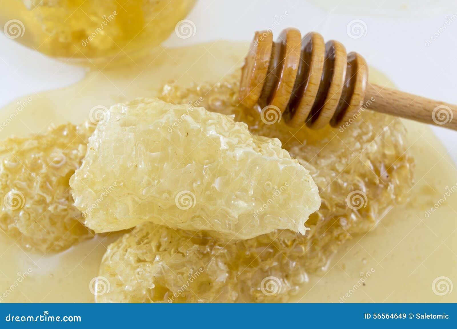 Download Κηρήθρα που καλύπτεται με το κουτάλι μελιού και Dipper στο λευκό Στοκ Εικόνα - εικόνα από κερί, υγιής: 56564649