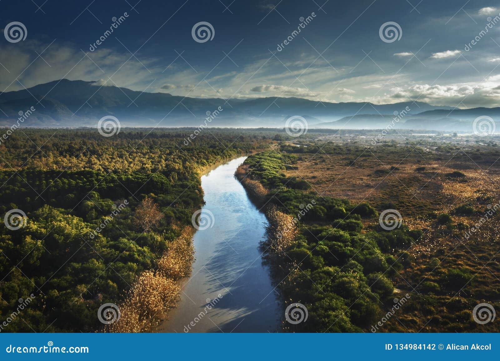 Κηφήνας που πυροβολείται του ποταμού που διαιρεί το εθνικό πάρκο Patara σε δύο στο χρόνο ηλιοβασιλέματος