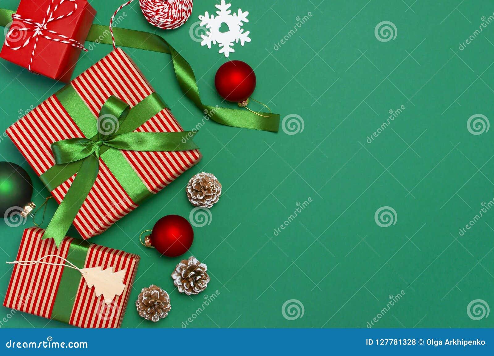 Κιβώτια δώρων, σφαίρες Χριστουγέννων, παιχνίδια, κώνοι έλατου, κορδέλλα στο πράσινο υπόβαθρο Εορταστικός, συγχαρητήρια, νέα χριστ