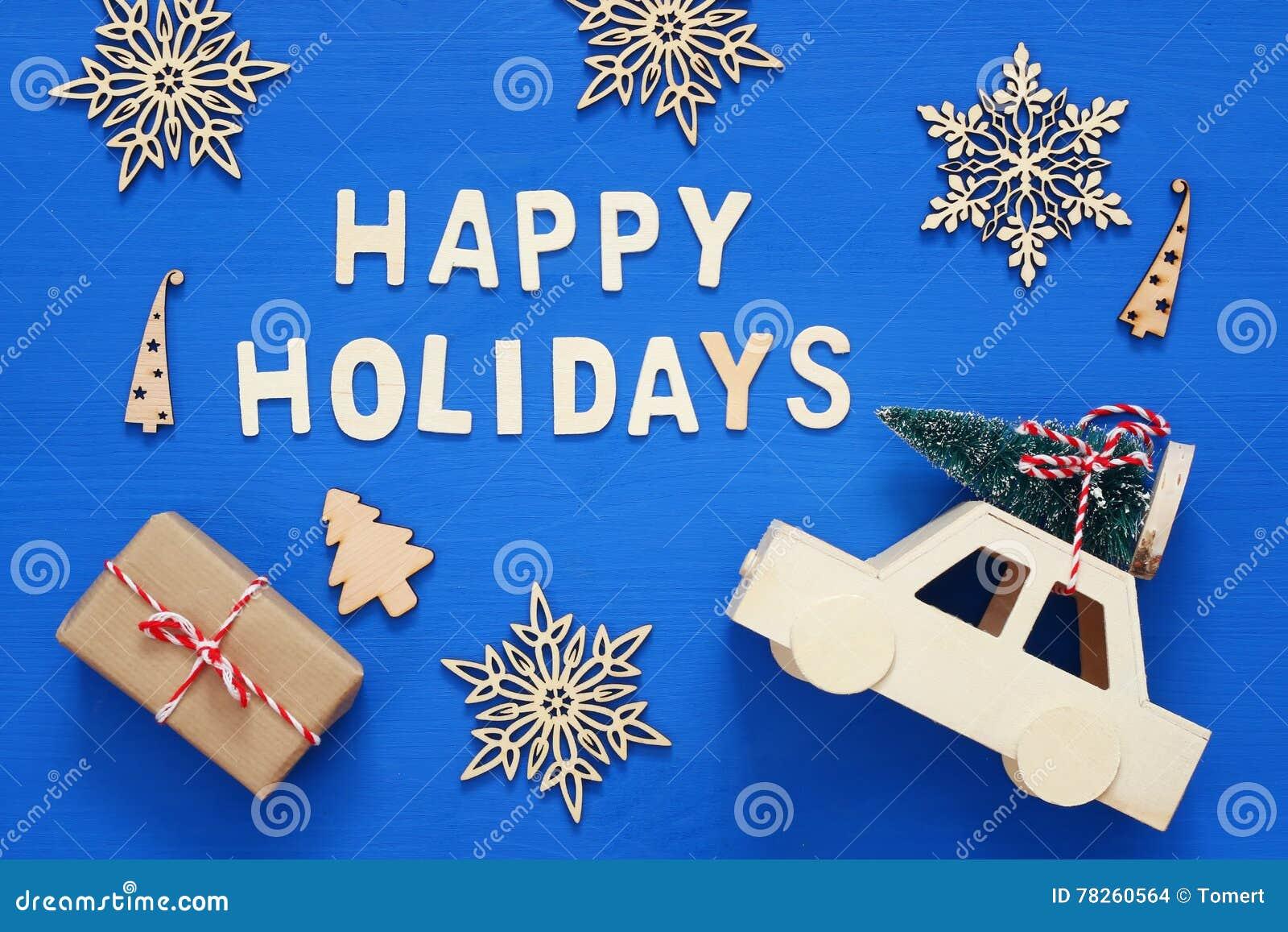 κιβώτια δώρων, διακοσμητικά snowflakes, χριστουγεννιάτικο δέντρο και και ασβέστιο παιχνιδιών