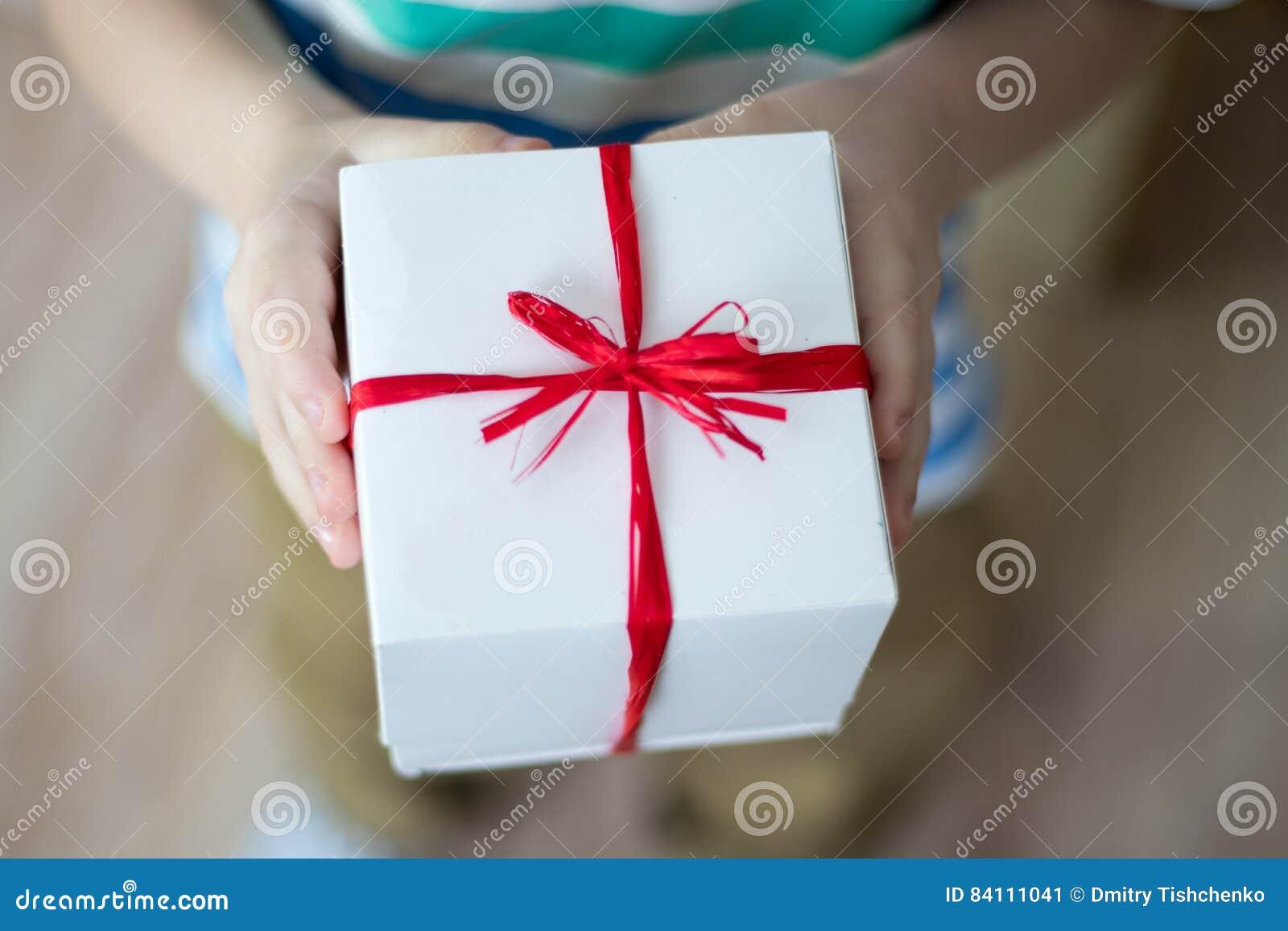 Κιβώτιο με ένα δώρο στα χέρια ενός παιδιού