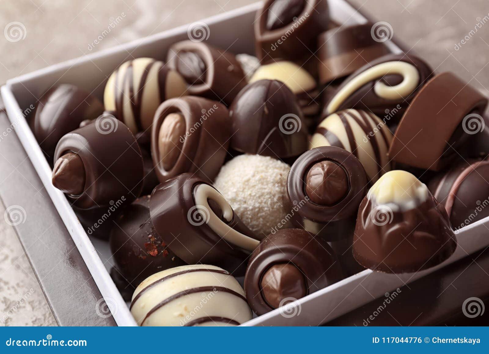 Κιβώτιο με τις διαφορετικές νόστιμες καραμέλες σοκολάτας