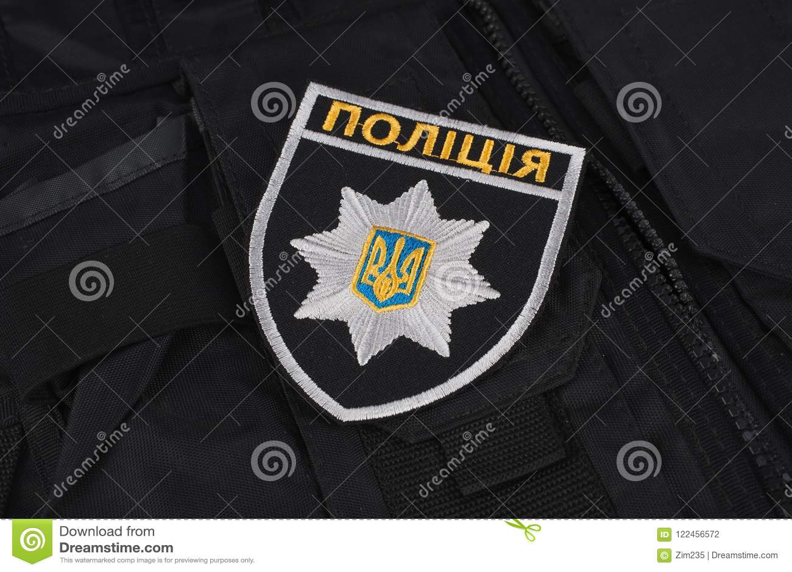 ΚΙΕΒΟ, ΟΥΚΡΑΝΙΑ - 22 ΝΟΕΜΒΡΊΟΥ 2016 Μπάλωμα και διακριτικό της εθνικής αστυνομίας της Ουκρανίας στο μαύρο ομοιόμορφο υπόβαθρο