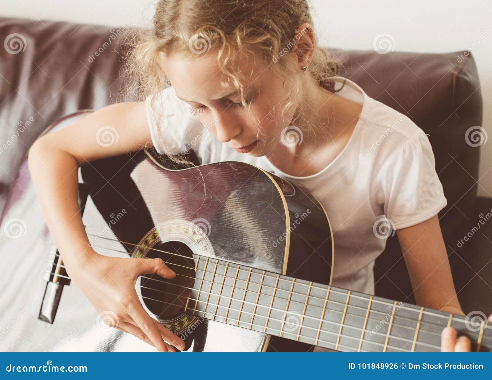 κιθάρα κοριτσιών λίγο παιχνίδι