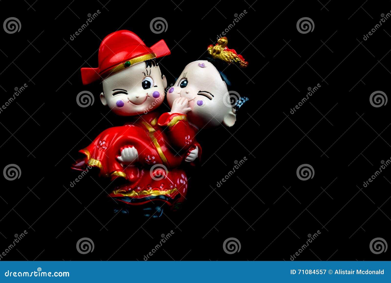 Κινεζικά γαμήλια ειδώλια στο μαύρο υπόβαθρο