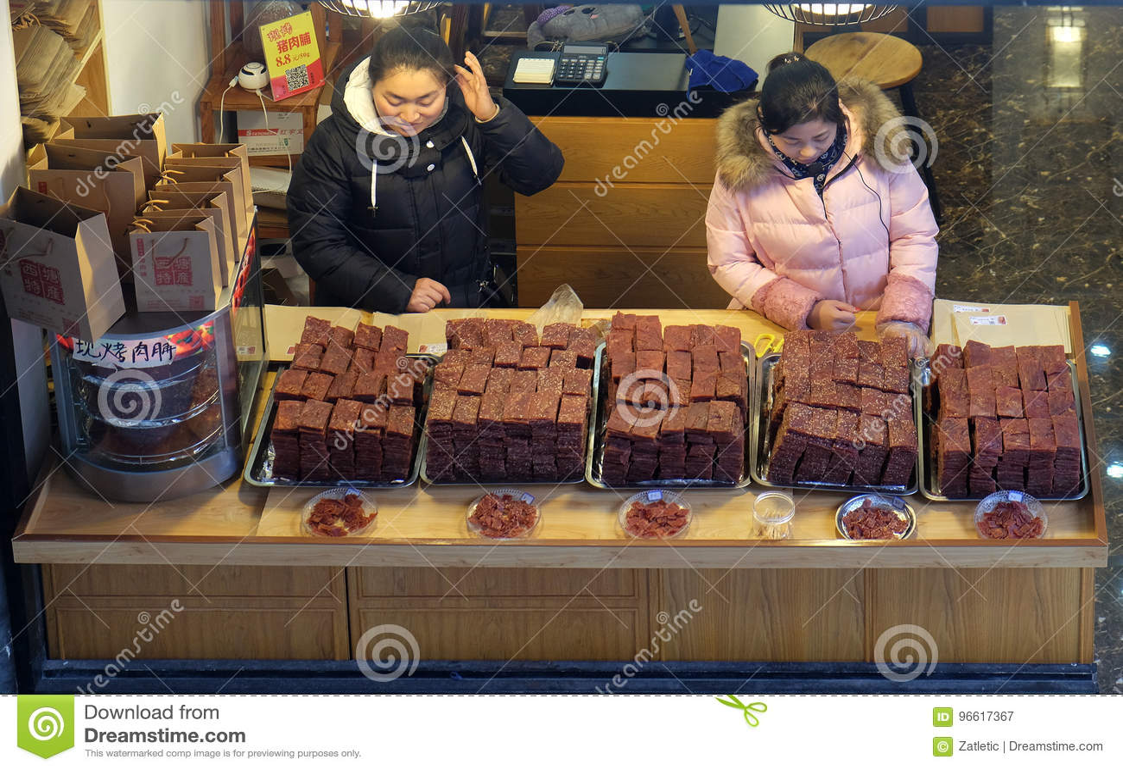 Κινεζικά εξωτικά τρόφιμα στην αγορά τροφίμων οδών στο χωριό Xitang νερού, που βρίσκεται στην επαρχία Zhejiang