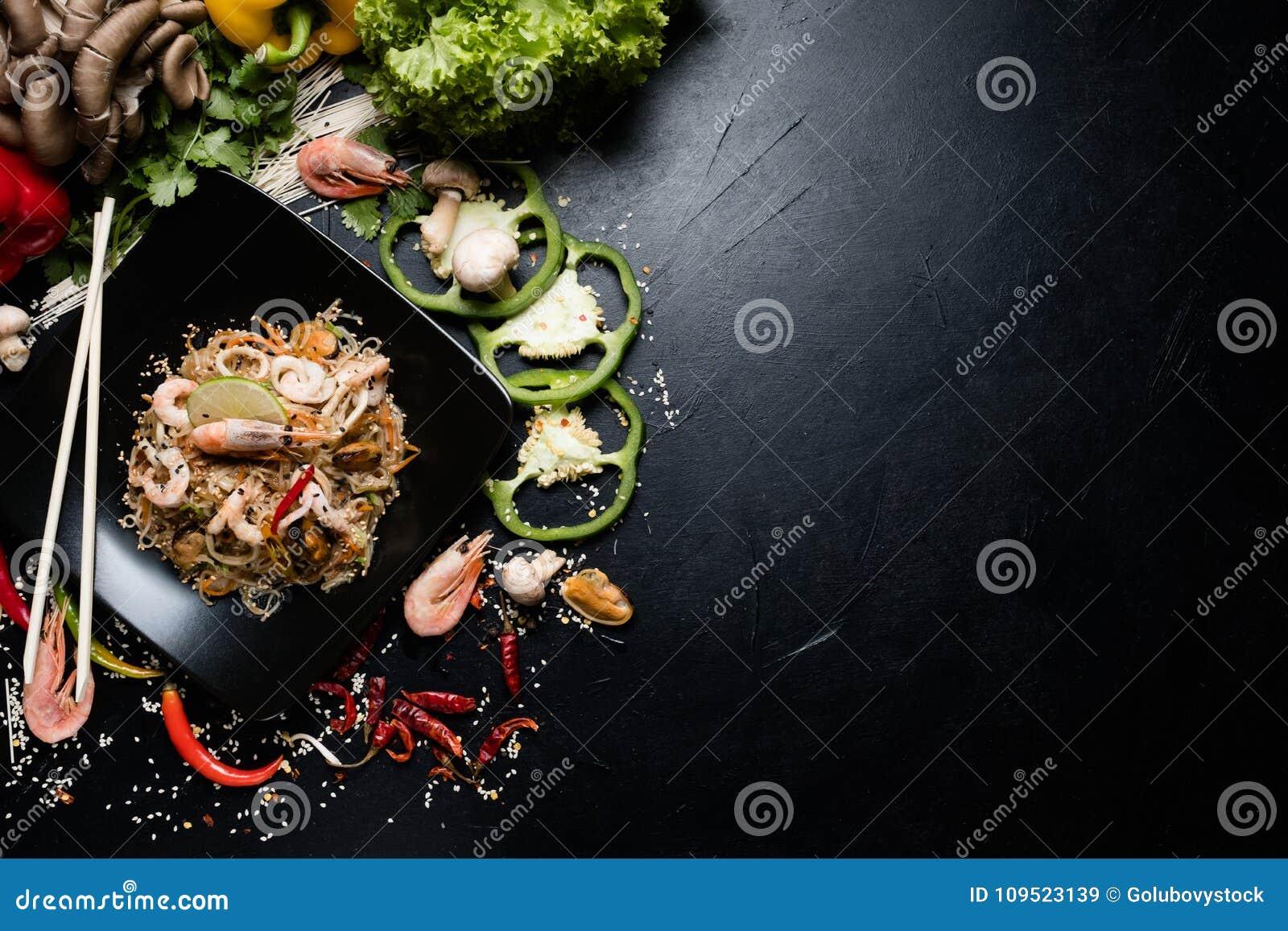 Κινεζικά τρόφιμα που προετοιμάζουν τη γαρίδα θαλασσινών νουντλς τεχνών