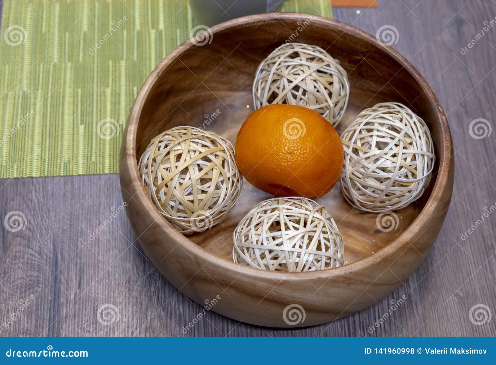 Κινεζική γλώσσα με τις σφαίρες σε ένα ξύλινο πιάτο