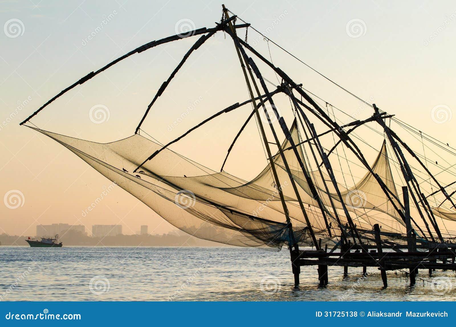 Κινεζικό δίχτυ του ψαρέματος στην ανατολή σε Cochin