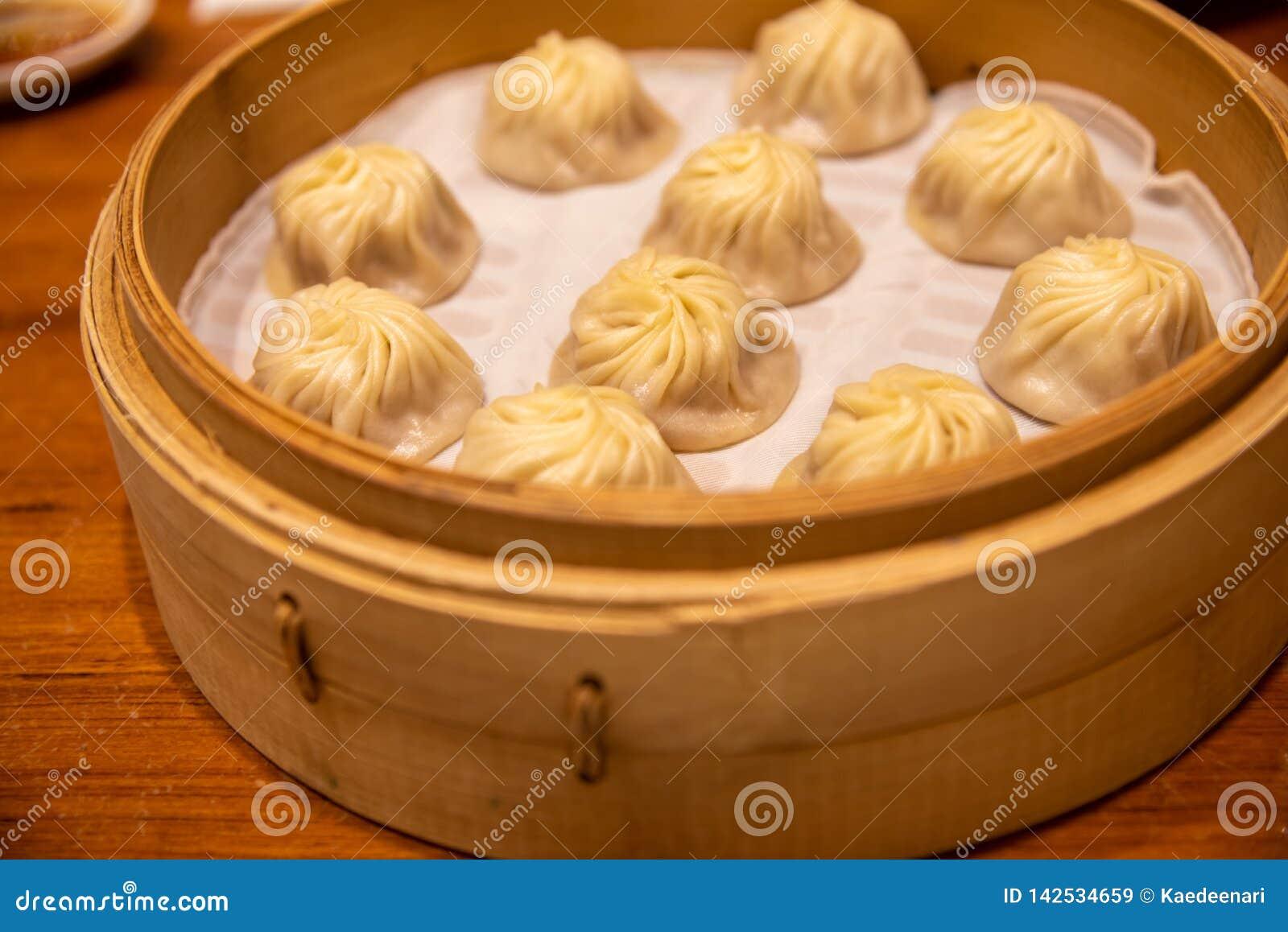 Κινεζικό βρασμένο στον ατμό βρασμένο κουλούρι ονομασμένο baozi Xiaolongbao αποκαλούμενο επίσης μπουλέττα σούπας