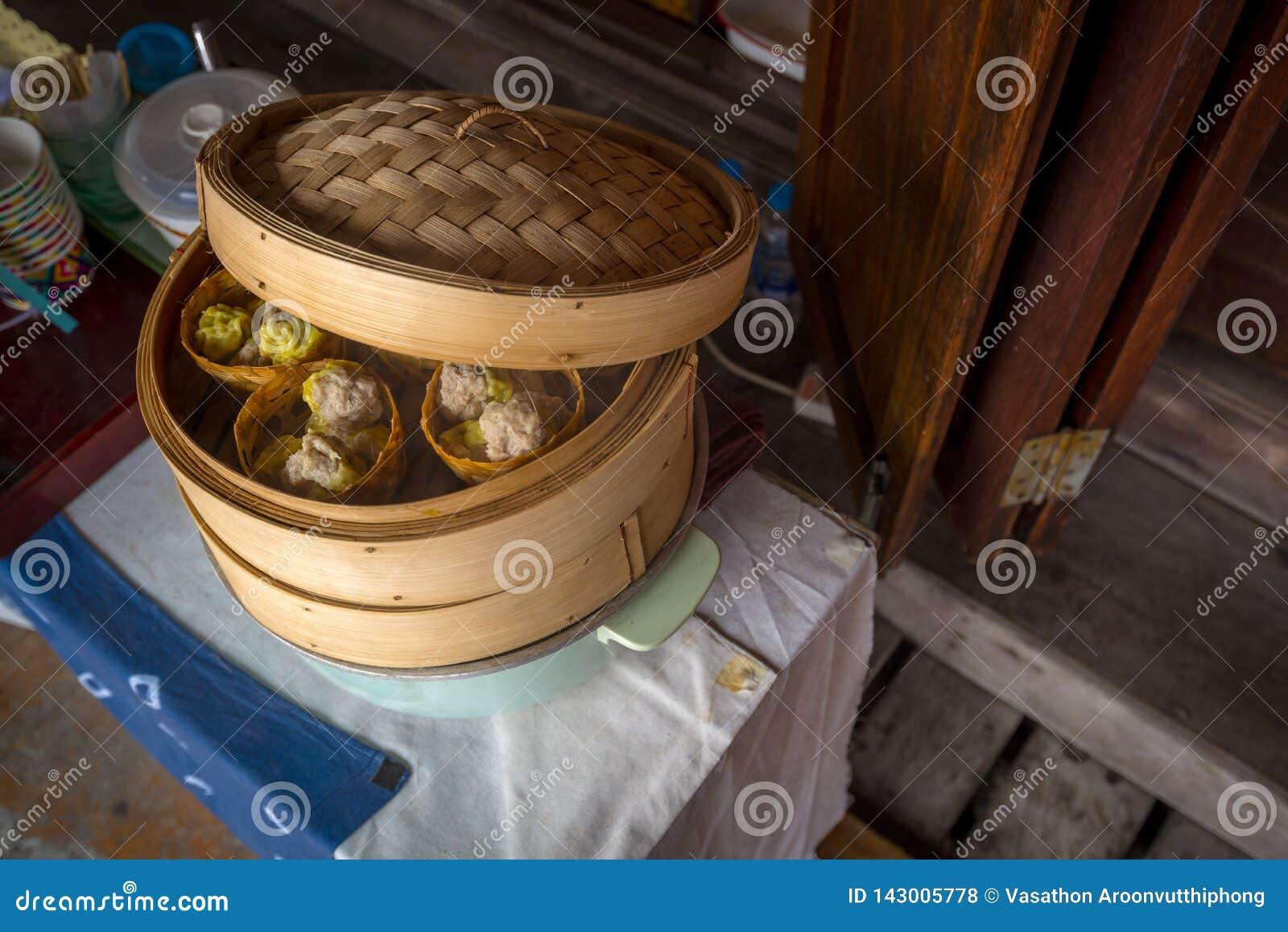 Κινεζικό βρασμένο στον ατμό SIU Mai ποσού μπουλεττών αμυδρό στο δοχείο ταινιών