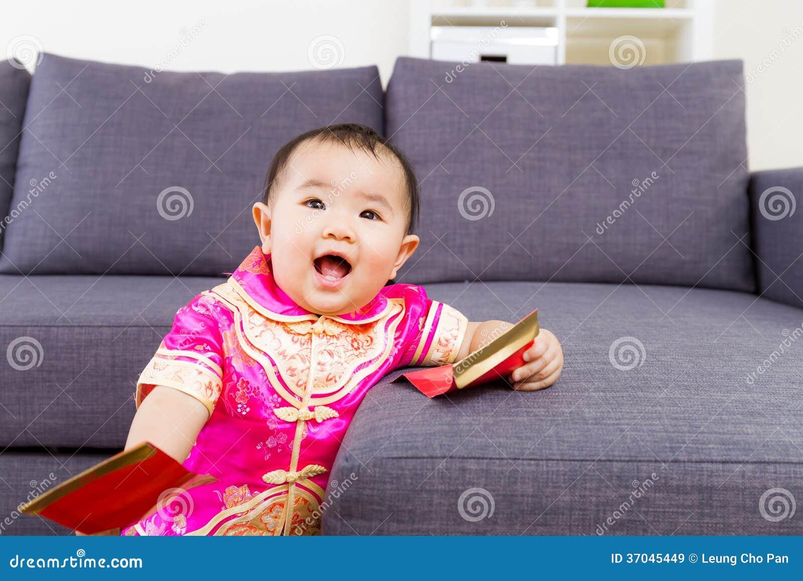 Κινεζικό μωρό που παίρνει την κόκκινη τσέπη