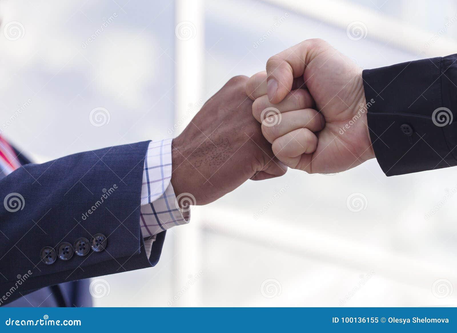 Κινηματογράφηση σε πρώτο πλάνο δύο επιχειρηματιών που δίνουν την πρόσκρουση πυγμών