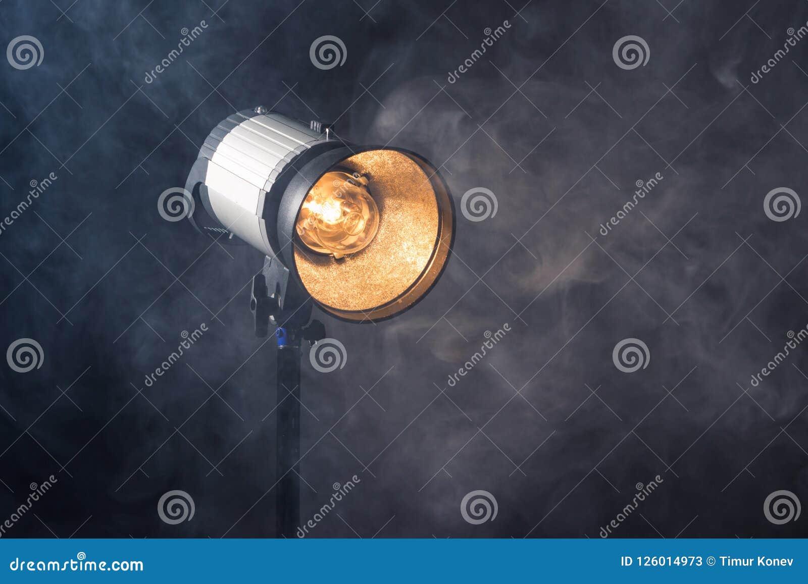 Κινηματογράφηση σε πρώτο πλάνο ενός επαγγελματικού προσαρτήματος φωτισμού σε ένα σύνολο ή ένα photogra