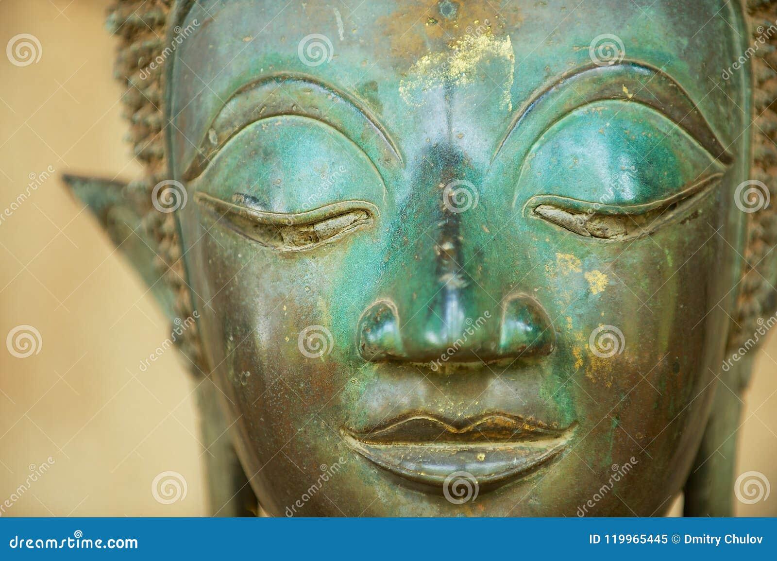 Κινηματογράφηση σε πρώτο πλάνο ενός προσώπου ενός αρχαίου αγάλματος του Βούδα χαλκού σε Vientiane, Λάος