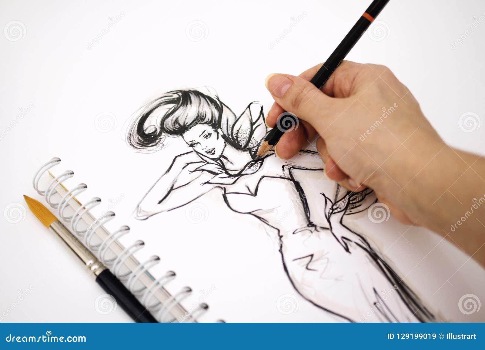 Κινηματογράφηση σε πρώτο πλάνο ενός χεριού εικονογράφων που σύρει ένα σκίτσο μόδας