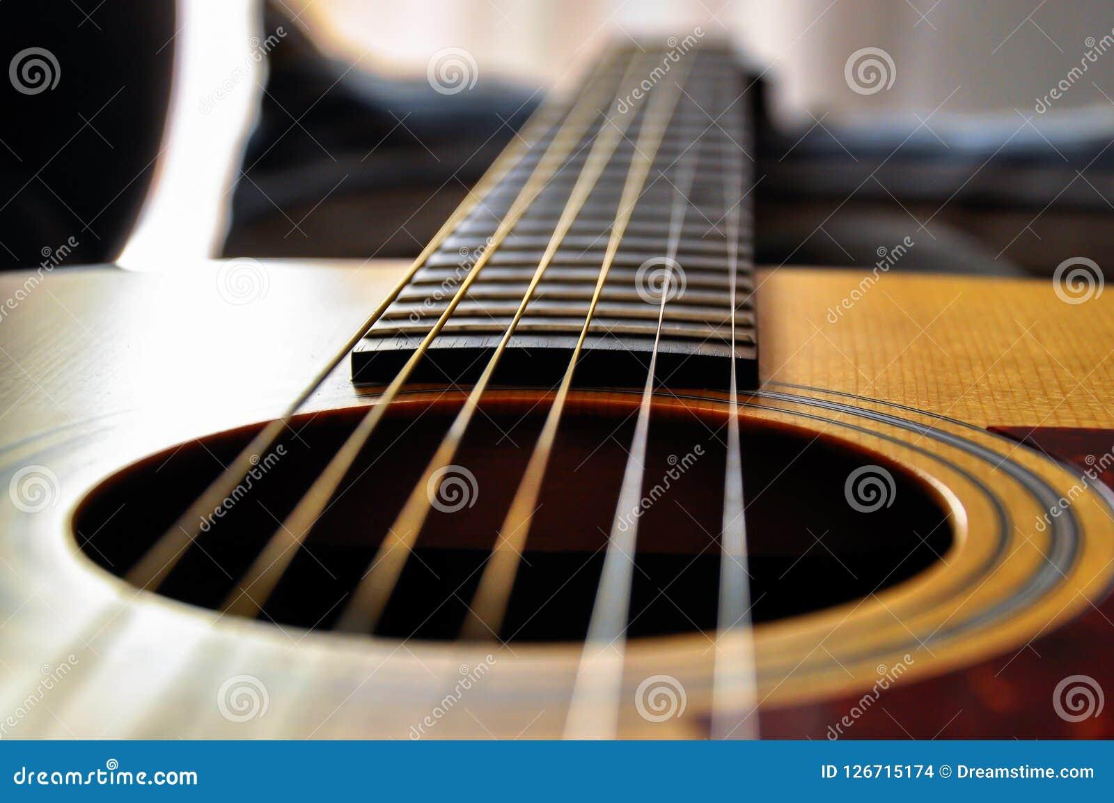 Κινηματογράφηση σε πρώτο πλάνο μιας ακουστικής κιθάρας