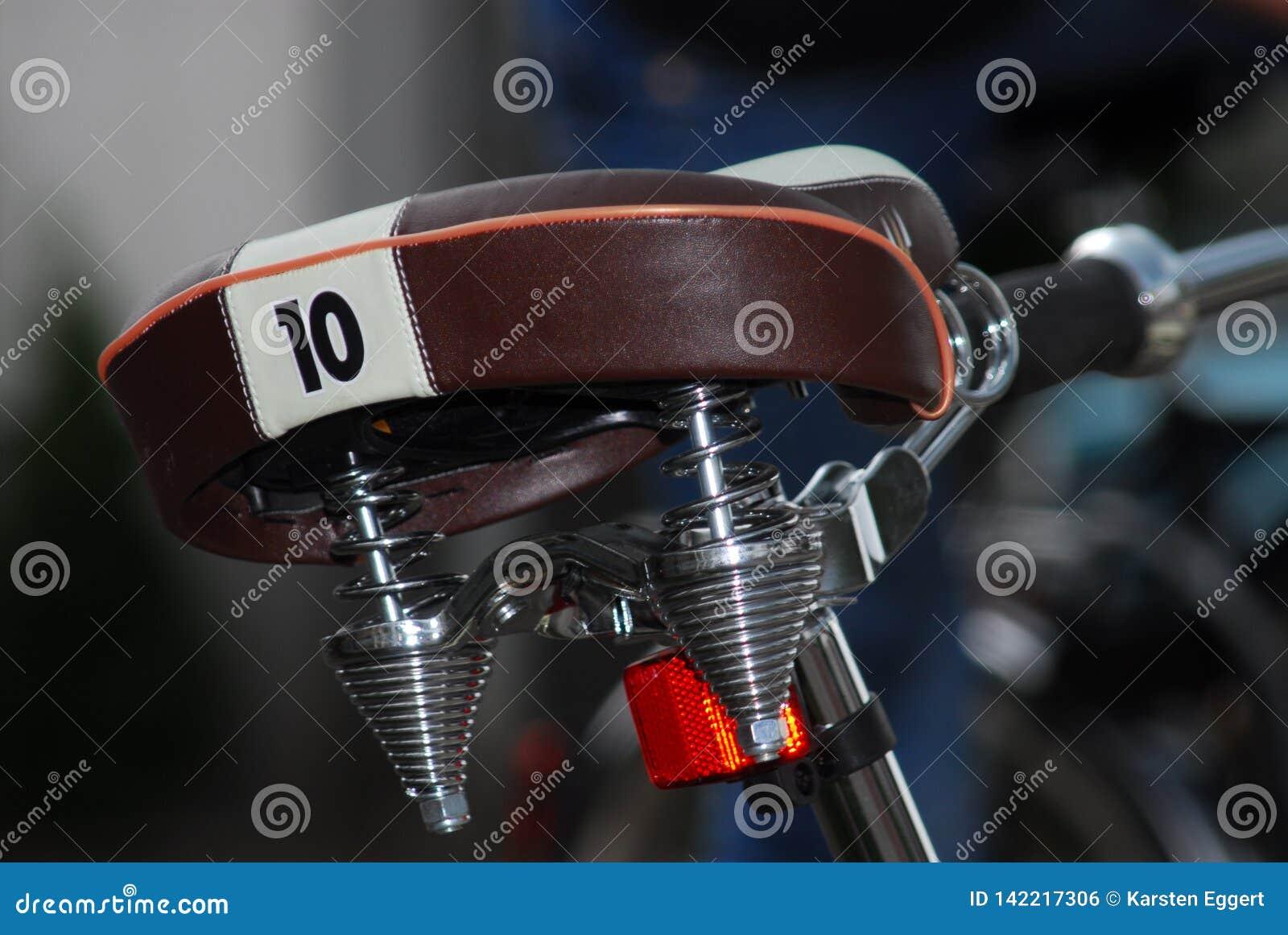 κινηματογράφηση σε πρώτο πλάνο μιας σέλας ποδηλάτων με τον αριθμό 10