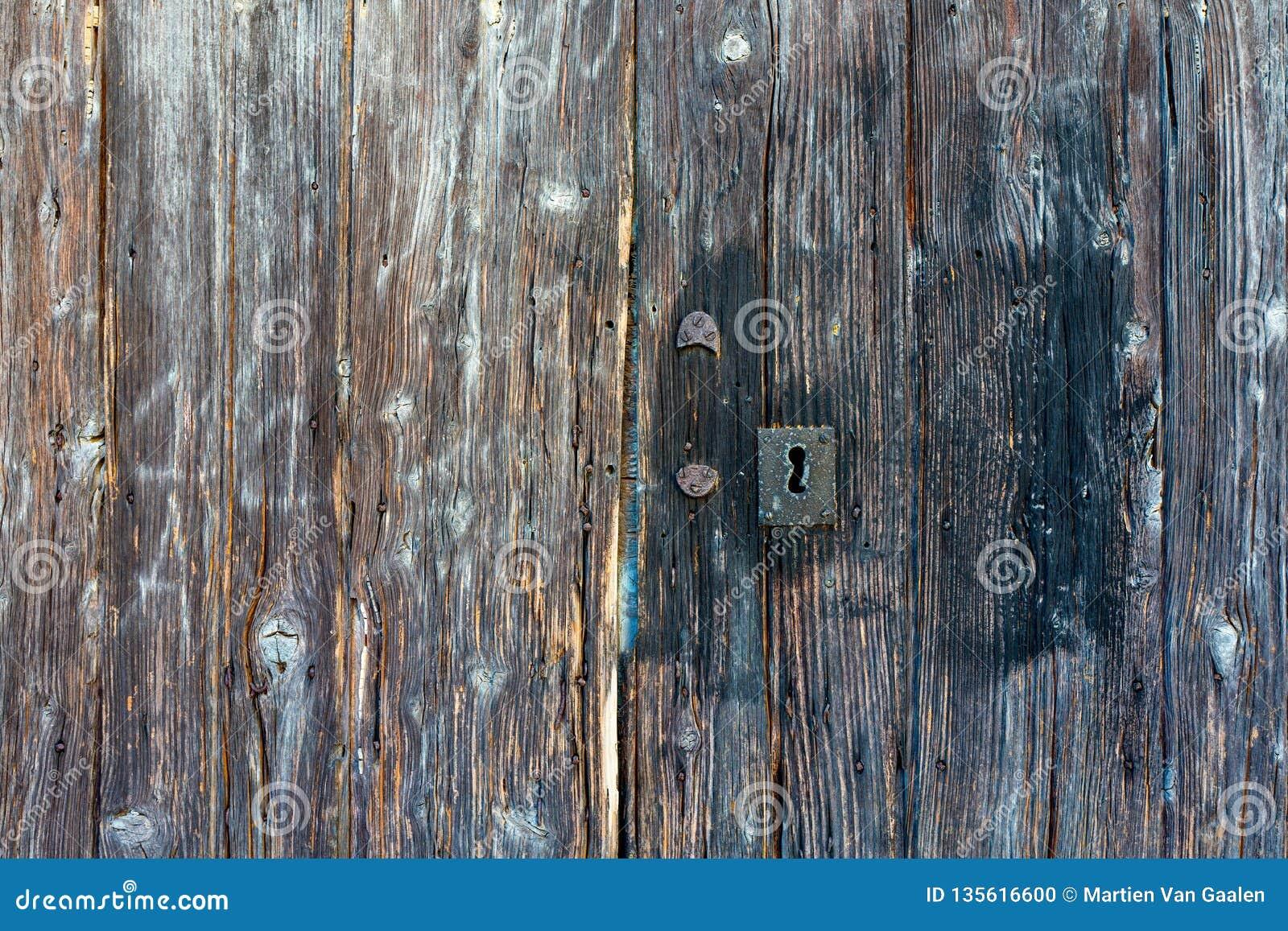 Κινηματογράφηση σε πρώτο πλάνο της πολύ παλαιάς βρώμικης ξύλινης ξεπερασμένης πόρτας