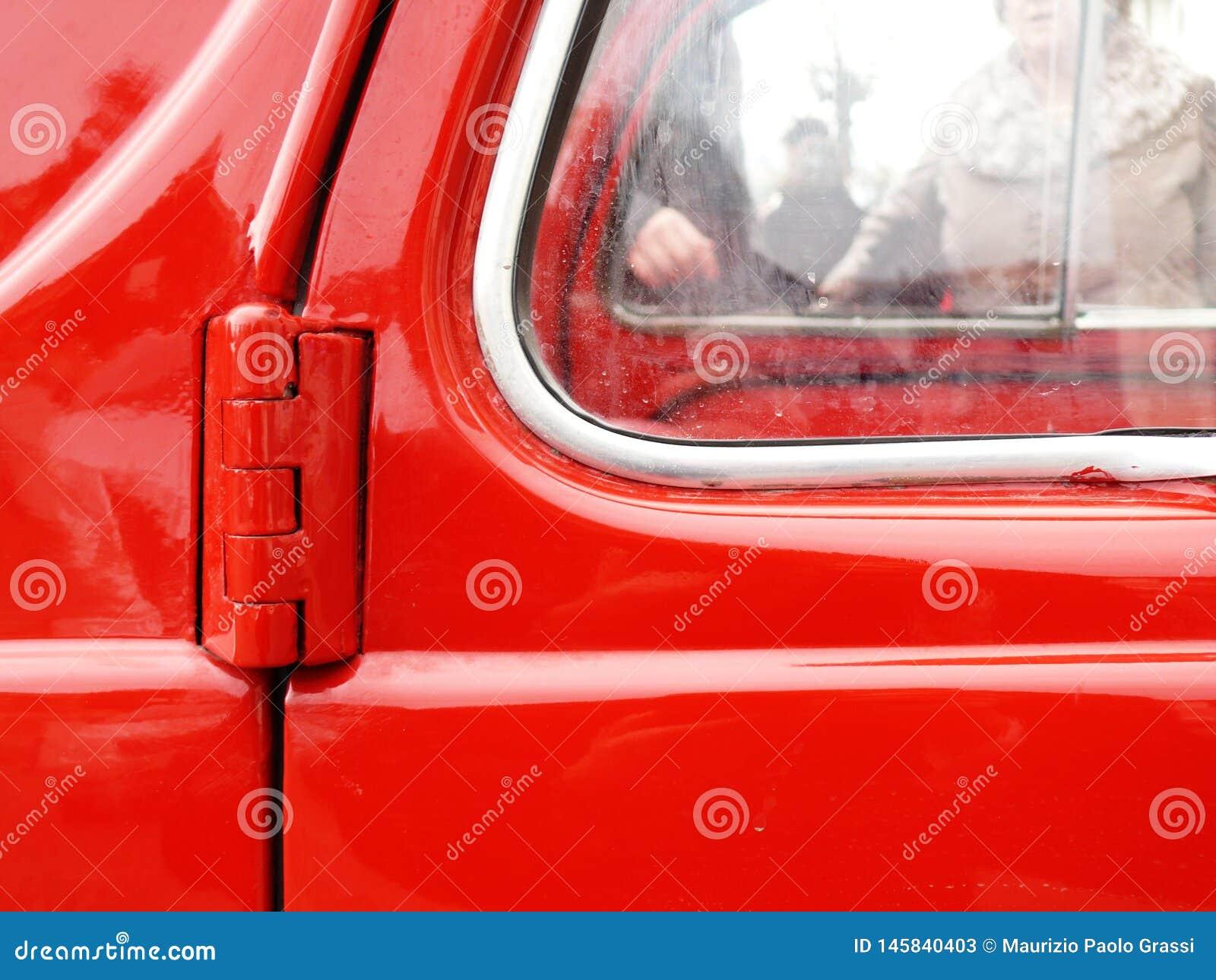 Κινηματογράφηση σε πρώτο πλάνο της πόρτας ενός εκλεκτής ποιότητας ιταλικού αυτοκινήτου