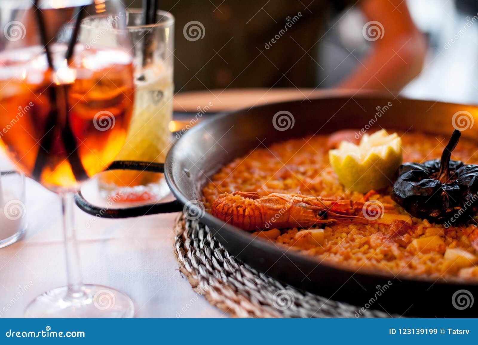 Κινηματογράφηση σε πρώτο πλάνο του εύγευστου paella της Βαλέντσιας θαλασσινών με τις γαρίδες βασιλιάδων, του ρυζιού με τα καρυκεύ