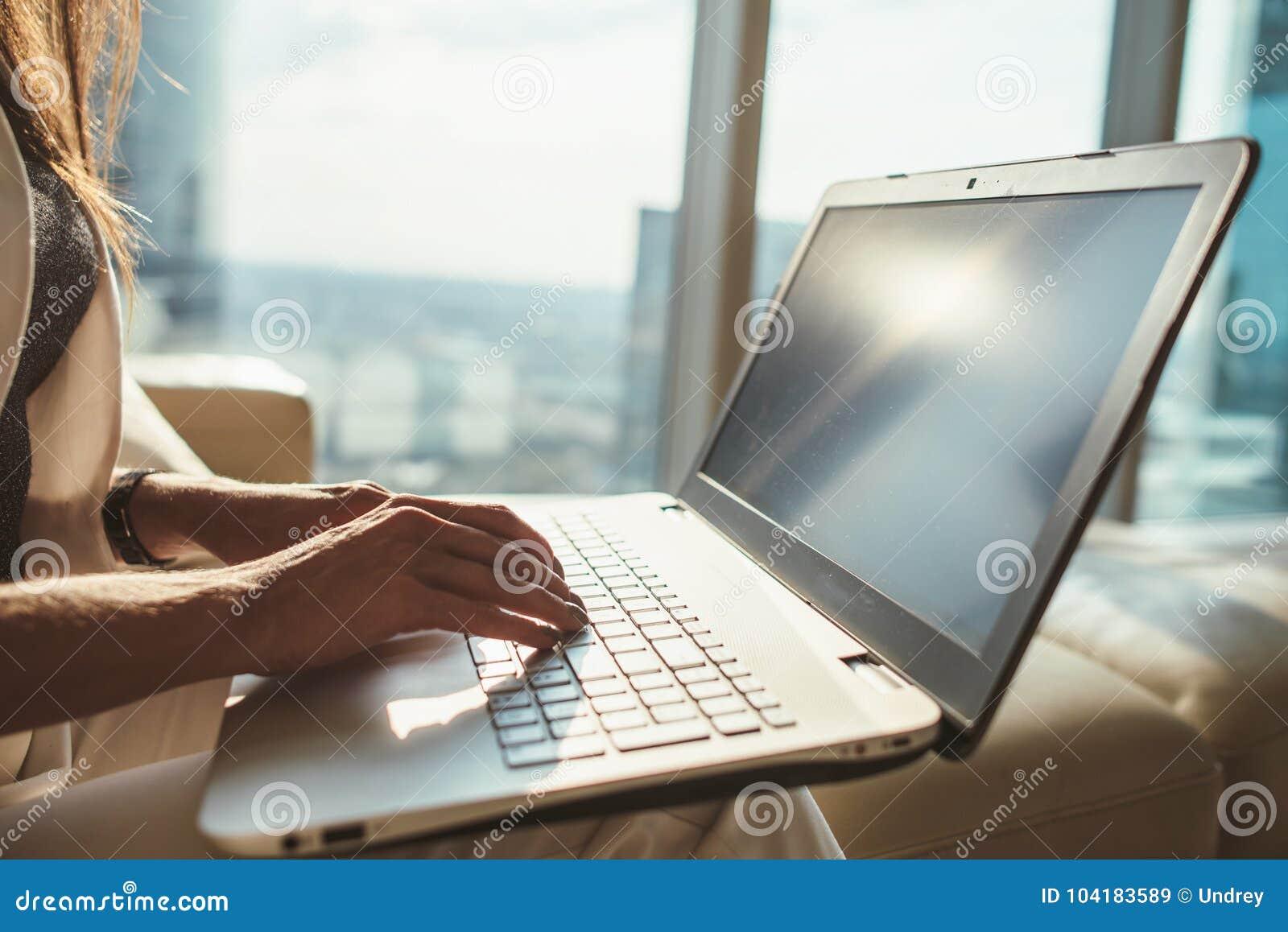 Κινηματογράφηση σε πρώτο πλάνο του θηλυκού copywriter που εργάζεται στη συνεδρίαση lap-top στο σύγχρονο γραφείο