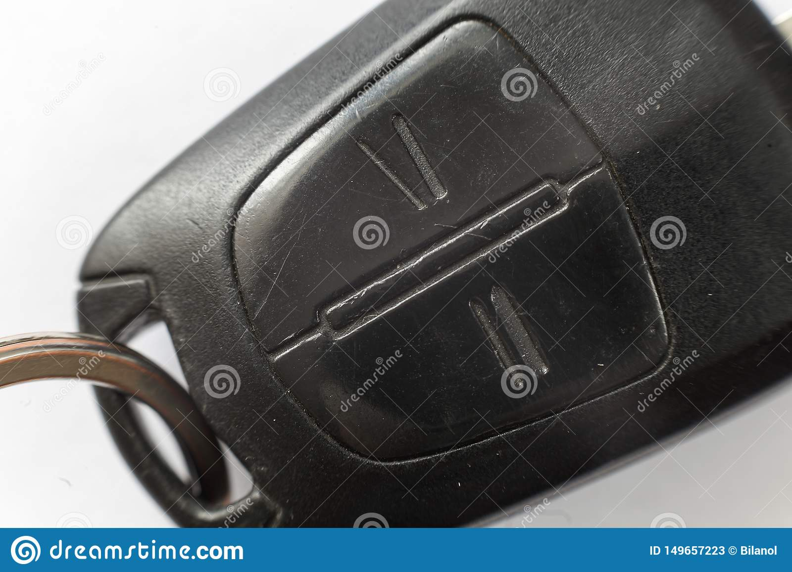 Κινηματογράφηση σε πρώτο πλάνο του κλειδιού αυτοκινήτων με τα κουμπιά τηλεχειρισμού στο άσπρο υπόβαθρο Κλειδαριά οχημάτων και σχέ
