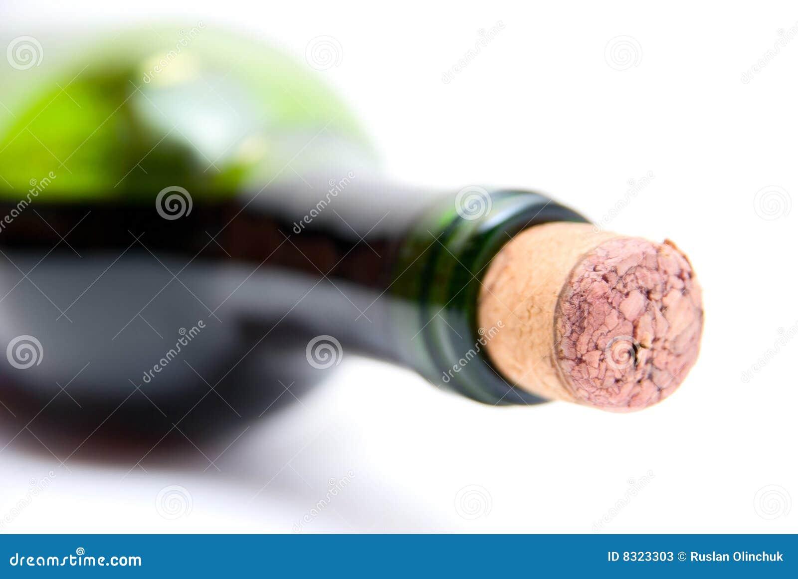 Κινηματογράφηση σε πρώτο πλάνο του μπουκαλιού του κόκκινου κρασιού