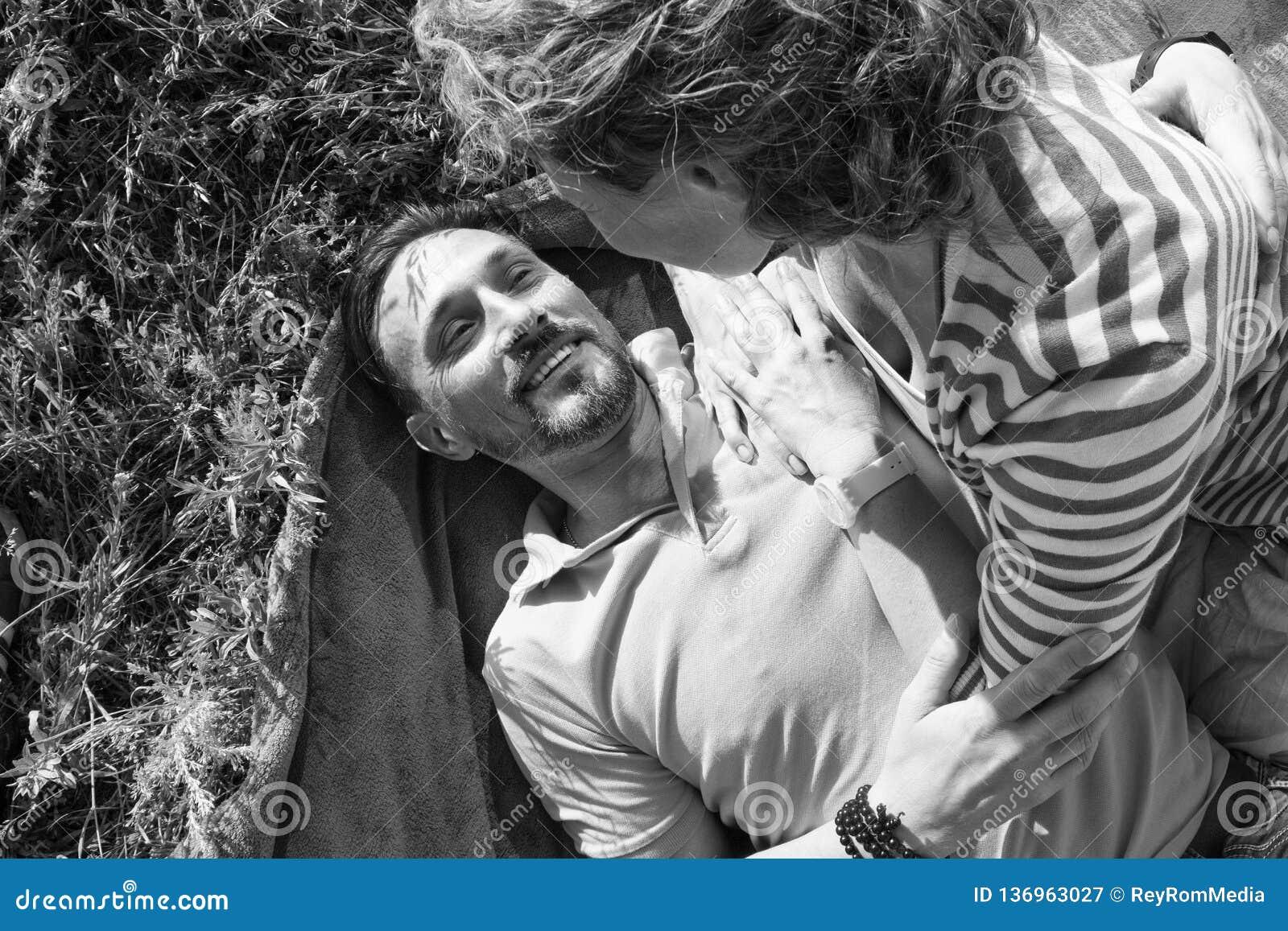 Κινηματογράφηση σε πρώτο πλάνο του νέου ρομαντικού ζεύγους στην ηλιόλουστη ημέρα στο πάρκο Ο χαρούμενοι άνδρας και η γυναίκα αγκα