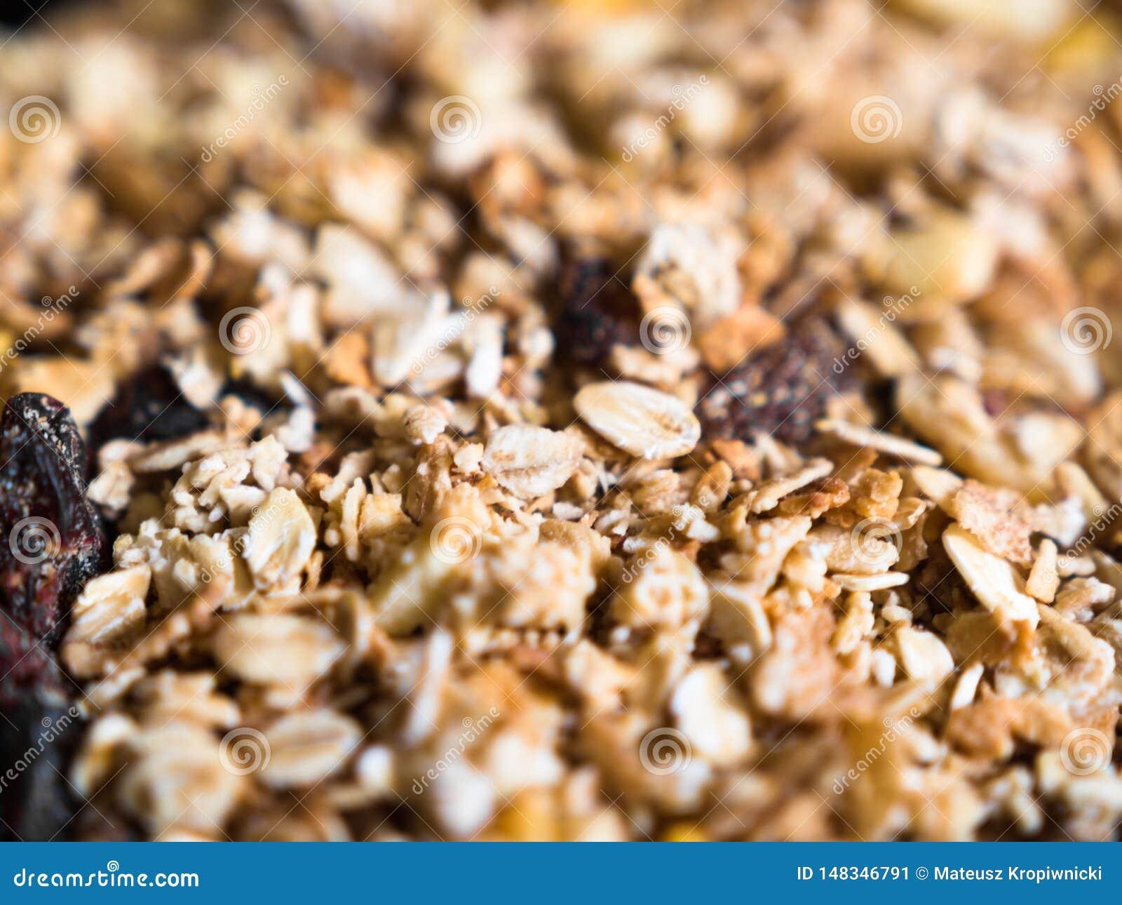 Κινηματογράφηση σε πρώτο πλάνο του τραγανού muesli με το granola και τους ξηρούς καρπούς