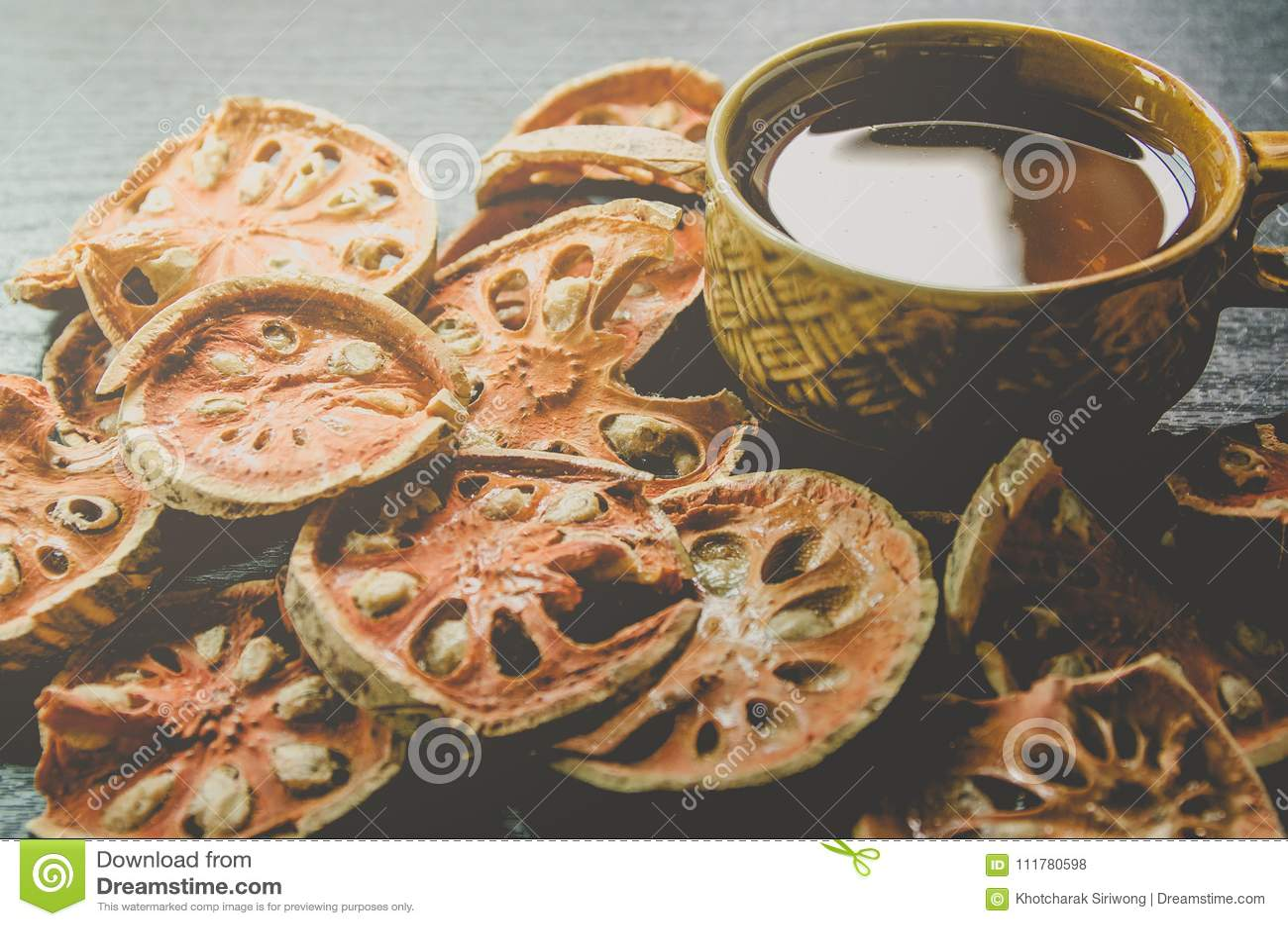 Κινηματογράφηση σε πρώτο πλάνο του bael ξηρά και τσάι και bael χυμός γυαλιού στο ξύλινο πάτωμα