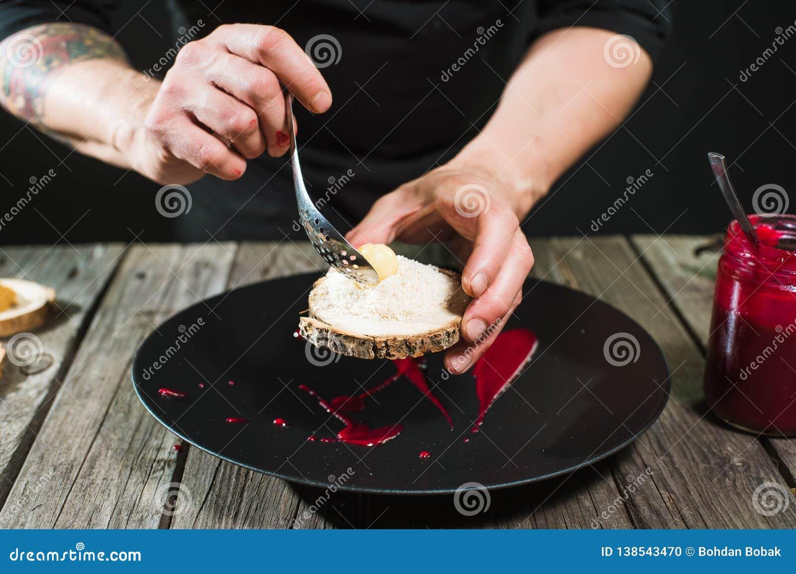 Κινηματογράφηση σε πρώτο πλάνο των αρσενικών χεριών που προετοιμάζουν το μοριακό πιάτο