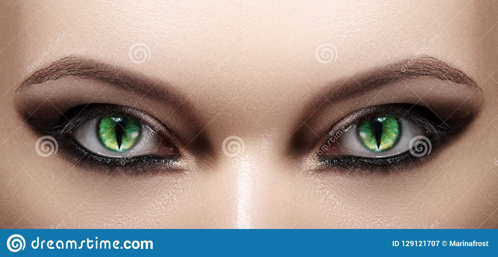 Κινηματογράφηση σε πρώτο πλάνο των ματιών γυναικών το μαύρο τρίχωμα αποκριές μακριές φαίνεται makeup προκλητικό πλάνο κολοκύθας χ