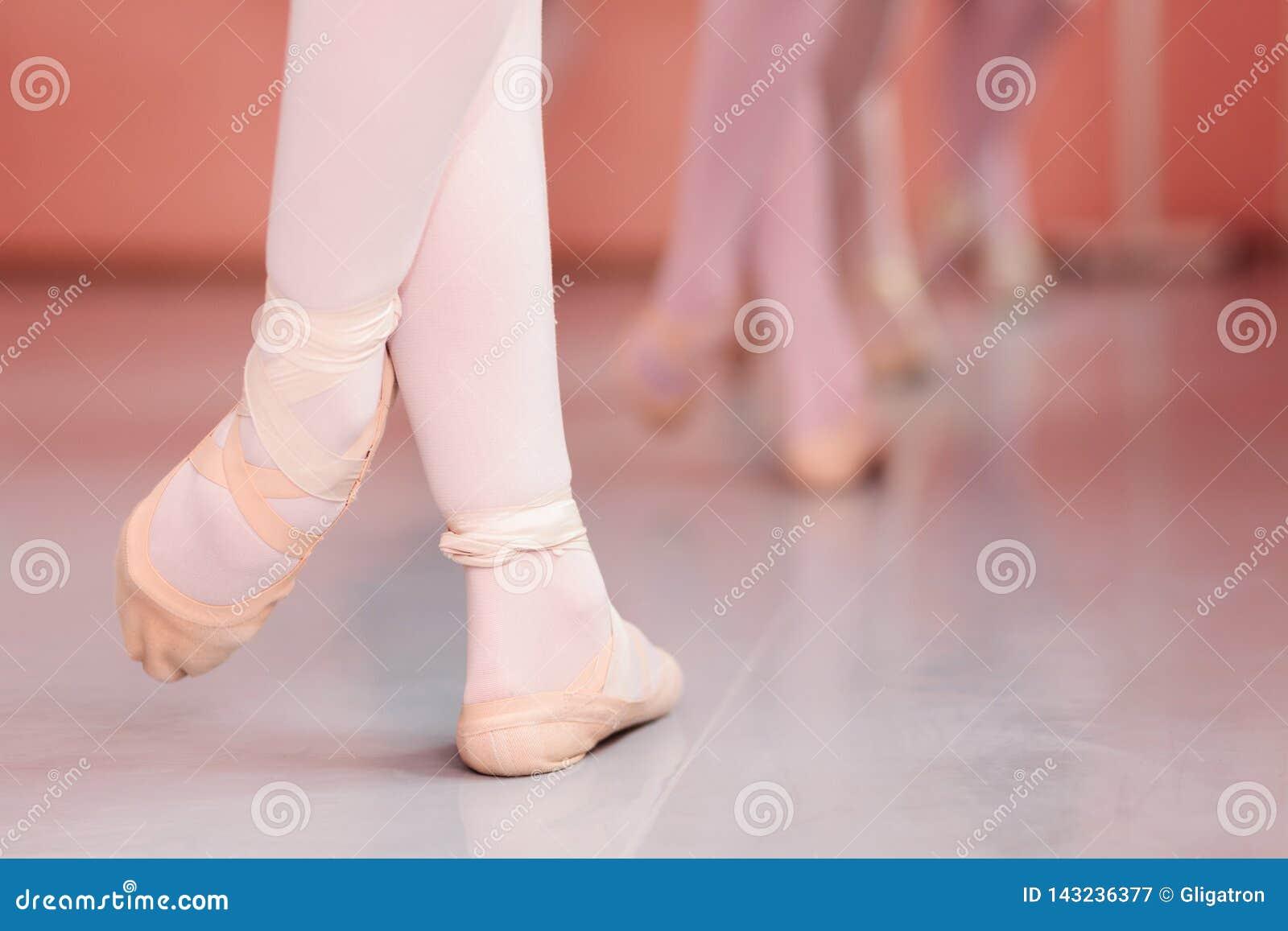 Κινηματογράφηση σε πρώτο πλάνο των ποδιών του εφηβικού ballerina, κινήσεις μπαλέτου άσκησης σε ένα χορεύοντας στούντιο
