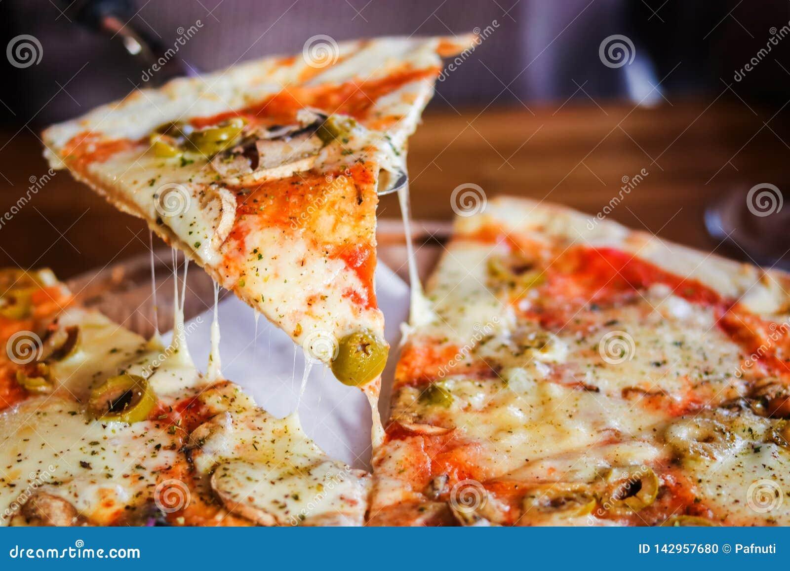 Κινηματογράφηση σε πρώτο πλάνο Χορτοφάγος πίτσα σε ένα σκοτεινό υπόβαθρο